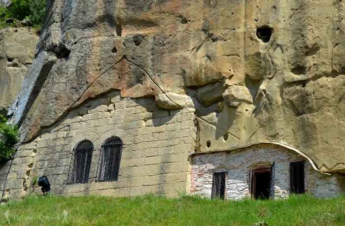 Corbii de Piatră, mănăstirea din stâncă